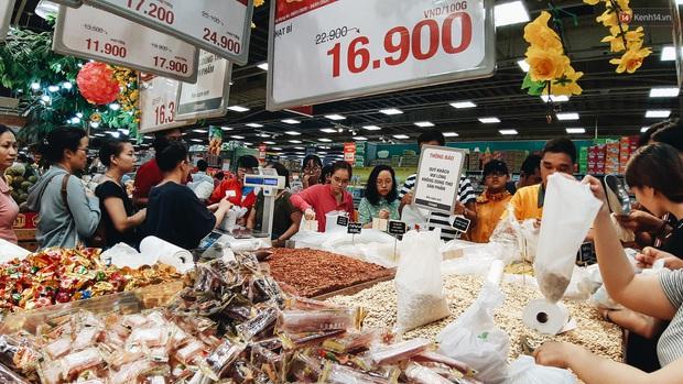 Ảnh: Người Sài Gòn xếp hàng dài ở siêu thị chờ mua sắm Tết chiều chủ nhật cuối năm - Ảnh 4.