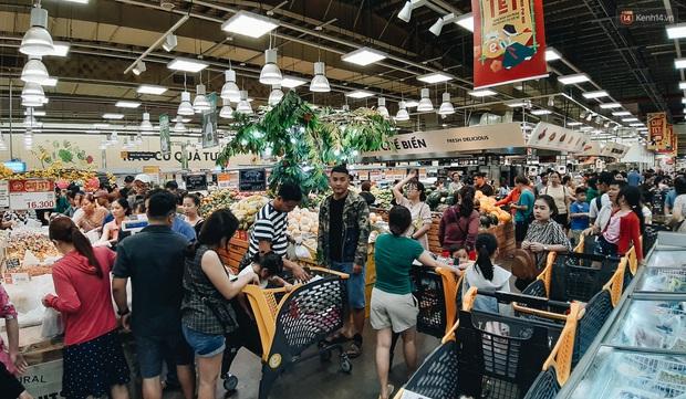 Ảnh: Người Sài Gòn xếp hàng dài ở siêu thị chờ mua sắm Tết chiều chủ nhật cuối năm - Ảnh 3.