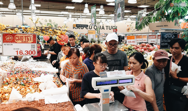 Ảnh: Người Sài Gòn xếp hàng dài ở siêu thị chờ mua sắm Tết chiều chủ nhật cuối năm - Ảnh 6.