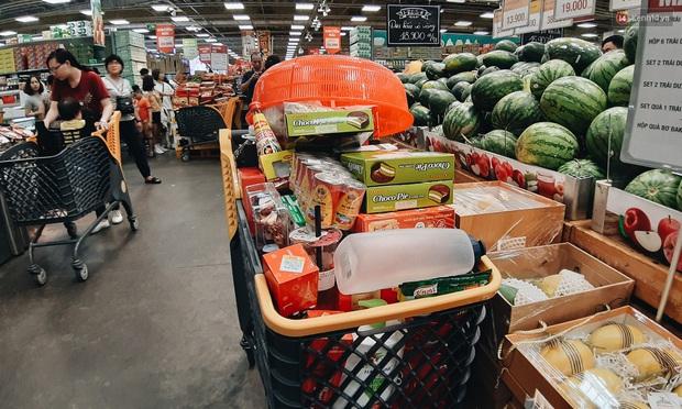 Ảnh: Người Sài Gòn xếp hàng dài ở siêu thị chờ mua sắm Tết chiều chủ nhật cuối năm - Ảnh 5.