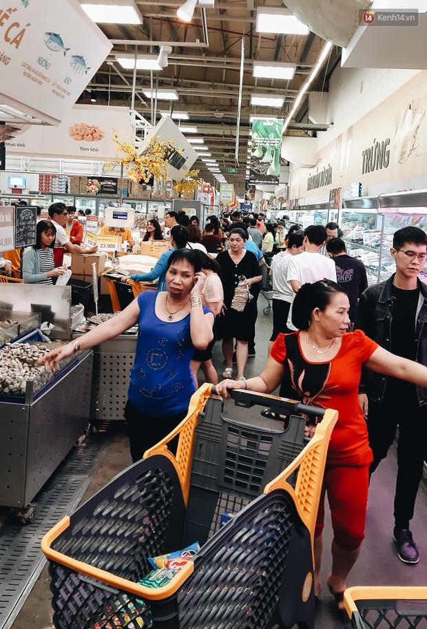 Ảnh: Người Sài Gòn xếp hàng dài ở siêu thị chờ mua sắm Tết chiều chủ nhật cuối năm - Ảnh 7.