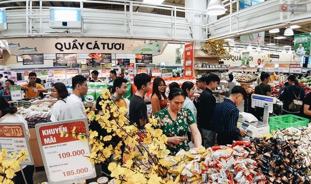 Ảnh: Người Sài Gòn xếp hàng dài ở siêu thị chờ mua sắm Tết chiều chủ nhật cuối năm - Ảnh 2.