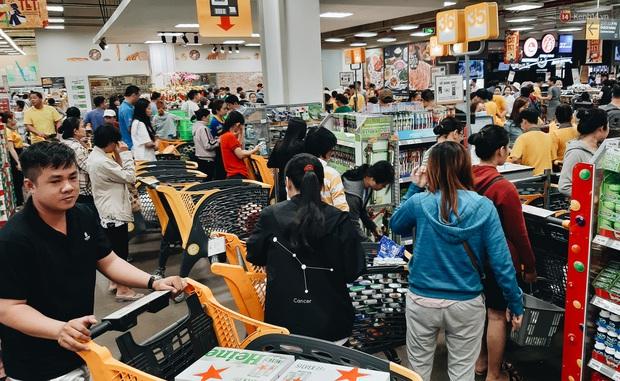 Ảnh: Người Sài Gòn xếp hàng dài ở siêu thị chờ mua sắm Tết chiều chủ nhật cuối năm - Ảnh 8.