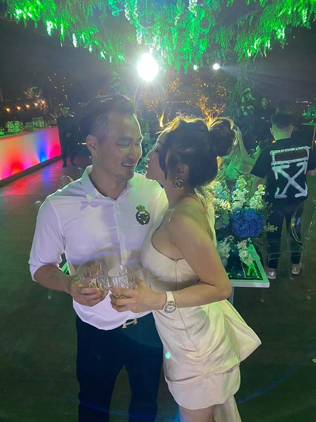 Chi Bảo hôn say đắm bạn gái kém 16 tuổi trong tiệc sinh nhật sang chảnh, nhưng phản ứng của Trương Ngọc Ánh còn đặc biệt hơn! - Ảnh 6.