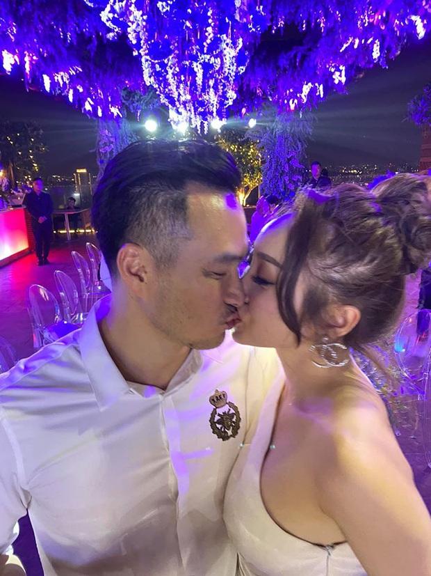 Chi Bảo hôn say đắm bạn gái kém 16 tuổi trong tiệc sinh nhật sang chảnh, nhưng phản ứng của Trương Ngọc Ánh còn đặc biệt hơn! - Ảnh 1.
