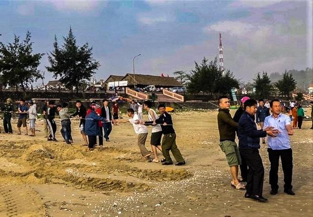 Đi tắm biển ngày giáp Tết, 2 học sinh ở Hà Tĩnh bị sóng cuốn trôi - Ảnh 2.