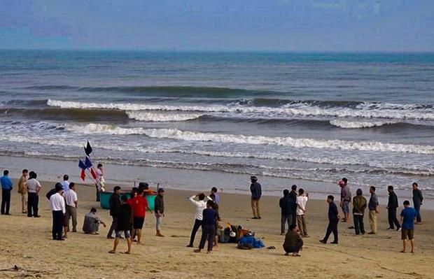 Đi tắm biển ngày giáp Tết, 2 học sinh ở Hà Tĩnh bị sóng cuốn trôi - Ảnh 1.
