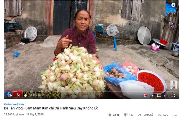 """Biến tấu món kim chi """"made in Việt Nam"""" với củ hành, bà Tân còn giới thiệu cách ăn mới ở cuối clip khiến ai cũng… té ngửa - Ảnh 1."""