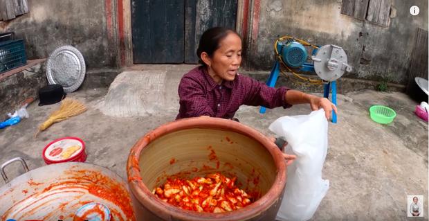 """Biến tấu món kim chi """"made in Việt Nam"""" với củ hành, bà Tân còn giới thiệu cách ăn mới ở cuối clip khiến ai cũng… té ngửa - Ảnh 4."""