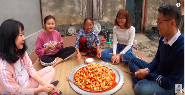 """Biến tấu món kim chi """"made in Việt Nam"""" với củ hành, bà Tân còn giới thiệu cách ăn mới ở cuối clip khiến ai cũng… té ngửa - Ảnh 5."""