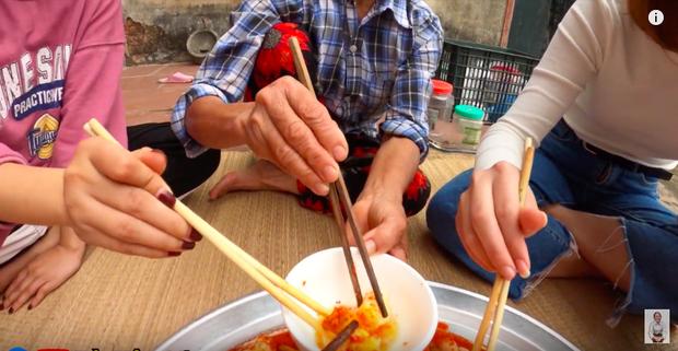 """Biến tấu món kim chi """"made in Việt Nam"""" với củ hành, bà Tân còn giới thiệu cách ăn mới ở cuối clip khiến ai cũng… té ngửa - Ảnh 6."""