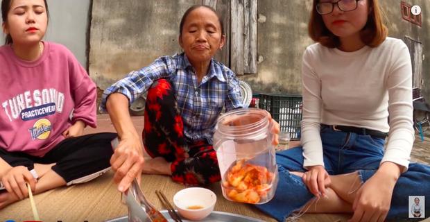 """Biến tấu món kim chi """"made in Việt Nam"""" với củ hành, bà Tân còn giới thiệu cách ăn mới ở cuối clip khiến ai cũng… té ngửa - Ảnh 7."""