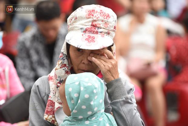 Bố mất chưa giỗ đầu thì chồng đột ngột qua đời, người mẹ trẻ một nách 3 con bật khóc khi được lên xe miễn phí về quê đón Tết - Ảnh 4.
