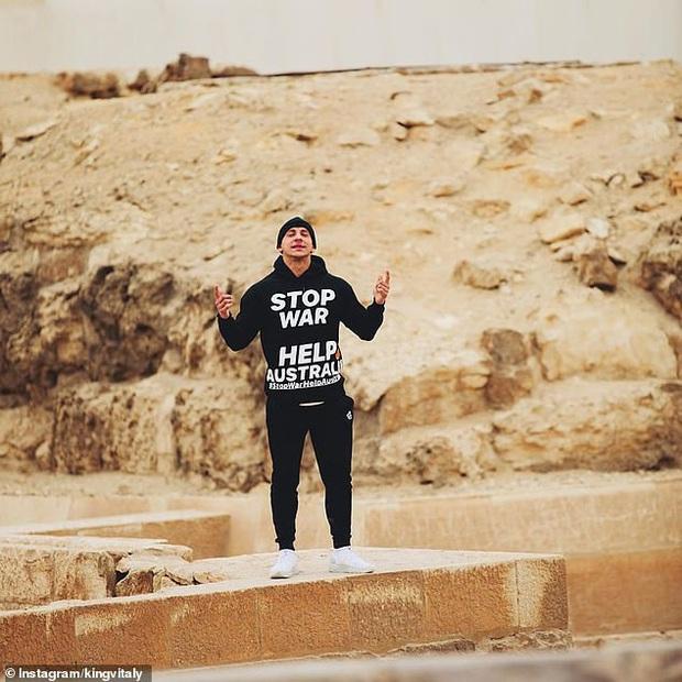 Trèo lên đỉnh Kim tự tháp Ai Cập với mục đích kêu gọi thiện nguyện, Youtuber nổi tiếng bất ngờ bị bắt giam  - Ảnh 2.