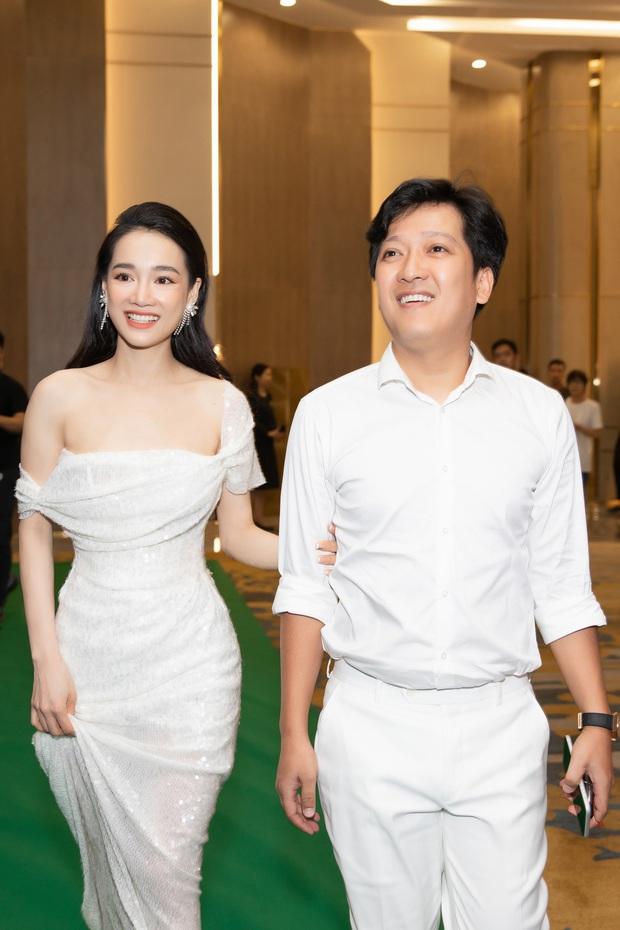 2 cặp đôi Trấn Thành - Hari và Trường Giang - Nhã Phương: Người thích vợ mặc hở, đi giày độn để đẹp đôi với vợ; người chỉ mặc đồ vợ thích - Ảnh 12.