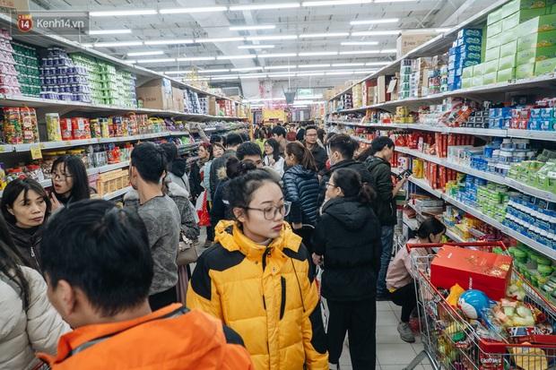 Ảnh: Siêu thị ken đặc người mua sắm ngày giáp Tết, khách hàng mệt mỏi khi phải chờ cả tiếng mới được thanh toán - Ảnh 3.