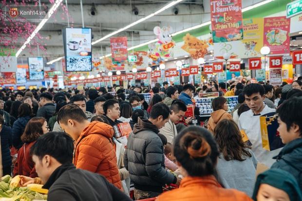 Ảnh: Siêu thị ken đặc người mua sắm ngày giáp Tết, khách hàng mệt mỏi khi phải chờ cả tiếng mới được thanh toán - Ảnh 2.