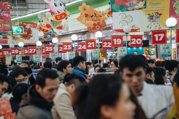 Ảnh: Siêu thị ken đặc người mua sắm ngày giáp Tết, khách hàng mệt mỏi khi phải chờ cả tiếng mới được thanh toán - Ảnh 22.