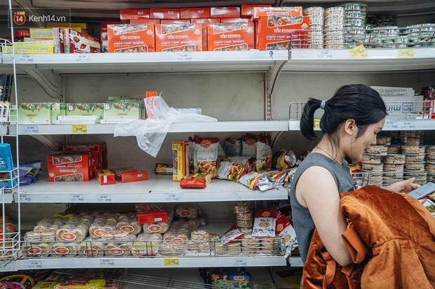 Ảnh: Siêu thị ken đặc người mua sắm ngày giáp Tết, khách hàng mệt mỏi khi phải chờ cả tiếng mới được thanh toán - Ảnh 8.