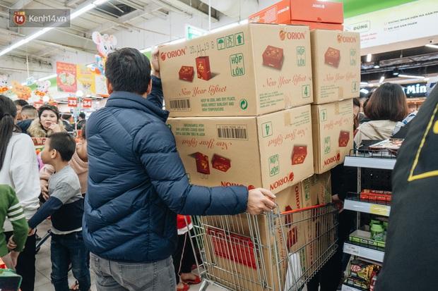 Ảnh: Siêu thị ken đặc người mua sắm ngày giáp Tết, khách hàng mệt mỏi khi phải chờ cả tiếng mới được thanh toán - Ảnh 21.