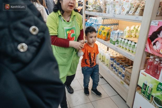 Ảnh: Siêu thị ken đặc người mua sắm ngày giáp Tết, khách hàng mệt mỏi khi phải chờ cả tiếng mới được thanh toán - Ảnh 20.
