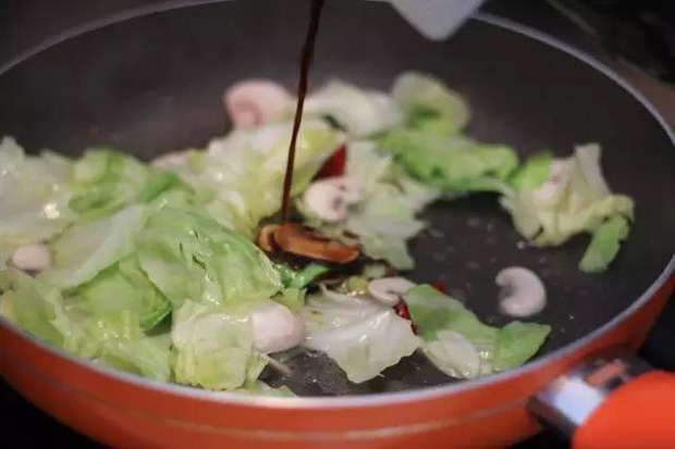 Bắp cải ngọt nước, dễ ăn nhưng có 4 điều cấm kỵ bạn cần nhớ khi thưởng thức loại thực phẩm này - Ảnh 1.