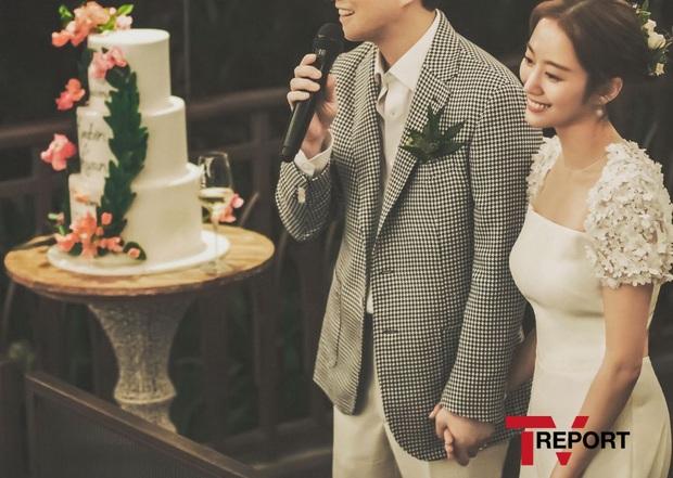 Đây đích thị là bộ hình cưới đẹp nhất Kbiz: Tình cũ Lee Jun Ki nhan sắc đỉnh đến thẫn thờ, không gian hôn lễ cực lạ - Ảnh 3.