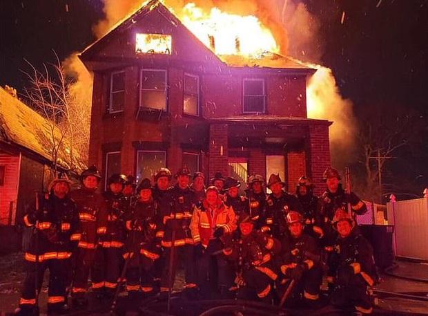 Dàn hàng chụp ảnh kỷ niệm trước một ngôi nhà đang cháy, đội cứu hỏa nhận gạch đá dữ dội từ cộng đồng mạng  - Ảnh 1.