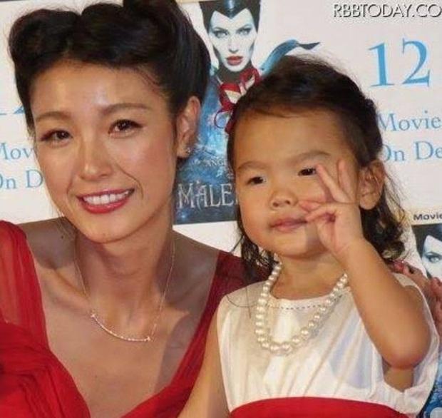 Vụ cặp đôi sao Nhật ly hôn làm MXH dậy sóng: Con gái càng lớn càng khác cha, ai ngờ lại... là bản sao của nam stylist - Ảnh 5.