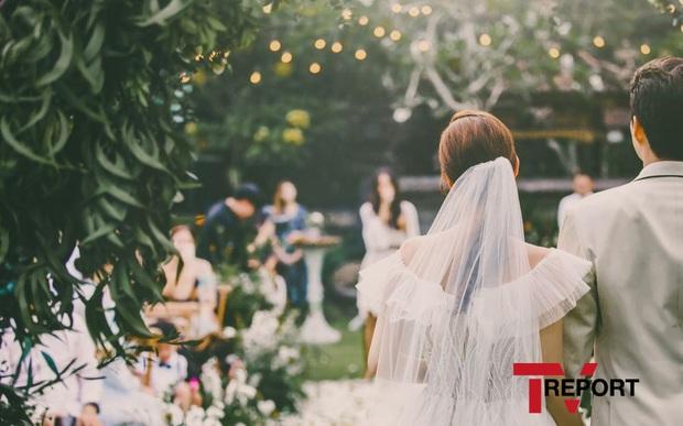 Đây đích thị là bộ hình cưới đẹp nhất Kbiz: Tình cũ Lee Jun Ki nhan sắc đỉnh đến thẫn thờ, không gian hôn lễ cực lạ - Ảnh 5.