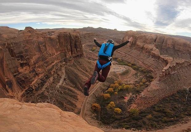 Rớt tim với cảnh cả nhóm người lao xuống từ vách núi, tìm hiểu mới biết đây là môn thể thao nguy hiểm nhất thế giới có mức độ rủi ro không thể đùa được - Ảnh 4.