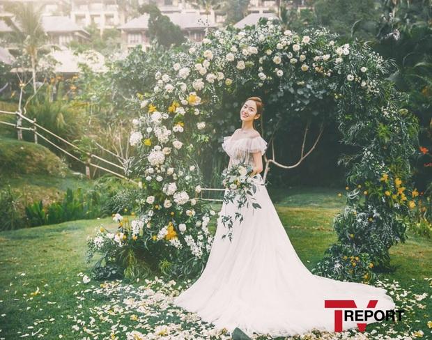Đây đích thị là bộ hình cưới đẹp nhất Kbiz: Tình cũ Lee Jun Ki nhan sắc đỉnh đến thẫn thờ, không gian hôn lễ cực lạ - Ảnh 4.