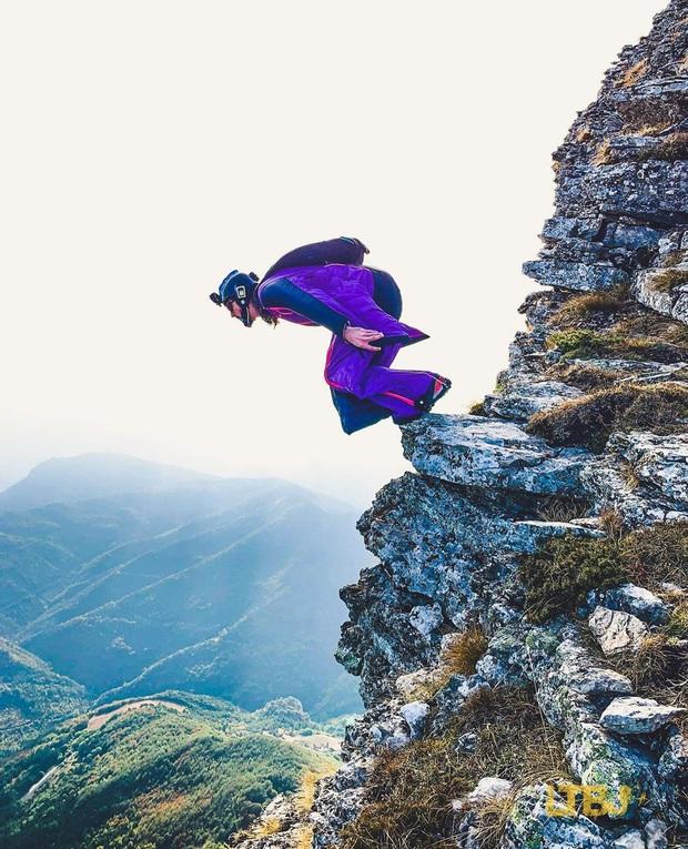 Rớt tim với cảnh cả nhóm người lao xuống từ vách núi, tìm hiểu mới biết đây là môn thể thao nguy hiểm nhất thế giới có mức độ rủi ro không thể đùa được - Ảnh 2.