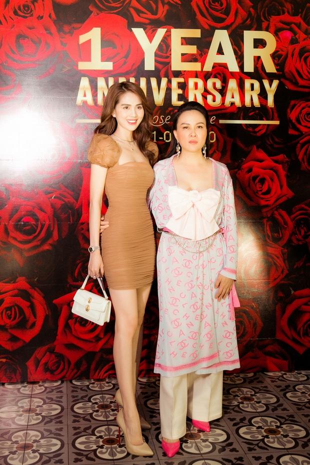"""Chiếc áo nơ hot nhất lúc này đã khiến Phượng Chanel bất chấp dù """"đụng"""" từ Jennie, Liu Wen tới Châu Bùi - Ảnh 1."""