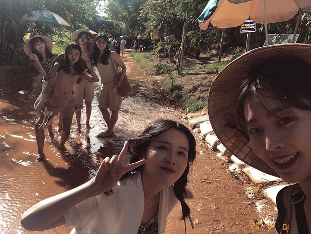 Mùng 2 đã có sao Hàn đến Việt Nam mở bát: Tiểu mỹ nhân SKY Castle và nhóm bạn chụp ảnh vi vu như hậu trường lookbook - Ảnh 4.