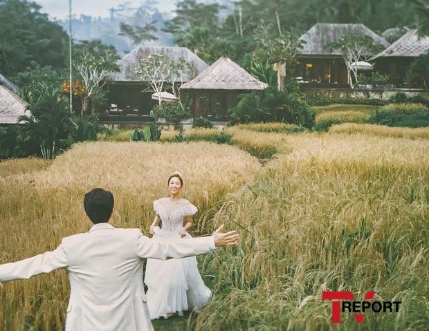 Đây đích thị là bộ hình cưới đẹp nhất Kbiz: Tình cũ Lee Jun Ki nhan sắc đỉnh đến thẫn thờ, không gian hôn lễ cực lạ - Ảnh 1.