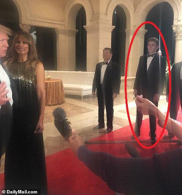 Gia đình Tổng thống Trump tề tựu trong tiệc năm mới: Ivanka xinh đẹp hút hồn nhưng Barron vẫn gây chú ý nhất với vẻ ngoài như nam thần - Ảnh 1.