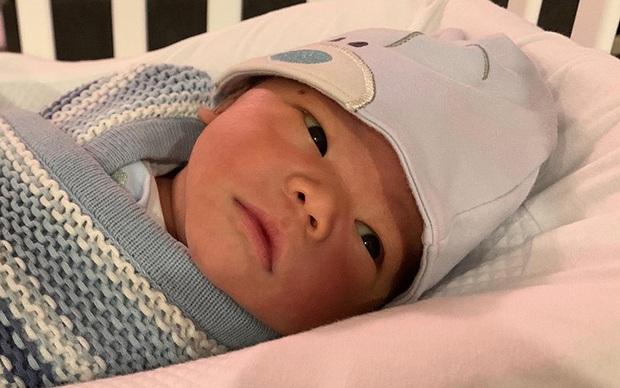Phát sốt với bức ảnh đón năm mới nhà Lan Khuê, biểu cảm đã nói con không thích chụp hình của cậu con trai gây chú ý - Ảnh 3.
