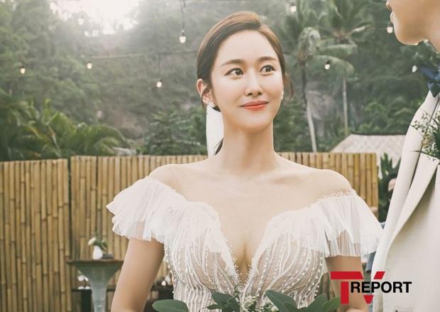 Đây đích thị là bộ hình cưới đẹp nhất Kbiz: Tình cũ Lee Jun Ki nhan sắc đỉnh đến thẫn thờ, không gian hôn lễ cực lạ - Ảnh 2.