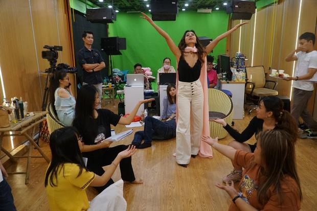 Ngày đầu tập luyện Táo Xuân 2020: Nam Thư gợi cảm, đối lập với Á hậu Kiều Loan cực giản dị - Ảnh 2.