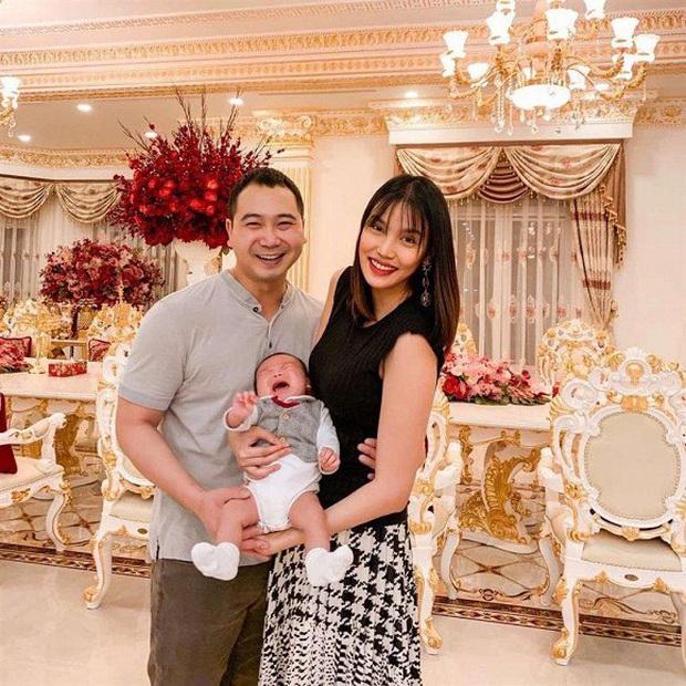 Phát sốt với bức ảnh đón năm mới nhà Lan Khuê, biểu cảm đã nói con không thích chụp hình của cậu con trai gây chú ý - Ảnh 1.
