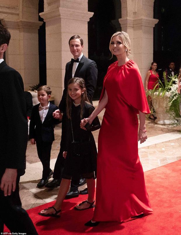 Gia đình Tổng thống Trump tề tựu trong tiệc năm mới: Ivanka xinh đẹp hút hồn nhưng Barron vẫn gây chú ý nhất với vẻ ngoài như nam thần - Ảnh 3.