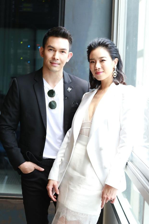 """Vừa bước sang tuổi tứ tuần, HLV The Face Thái gây sốt khi mặc đồng phục học sinh, """"cưa sừng làm nghé"""" trong phim mới - Ảnh 2."""
