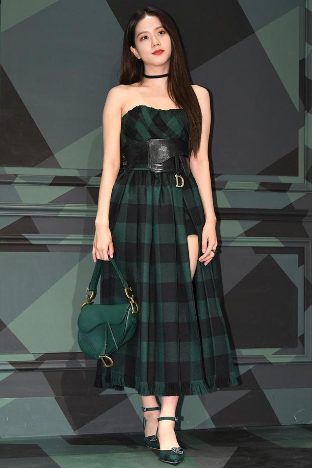 Khi diện váy, Jisoo (BLACKPINK) thường áp dụng 4 tips hack dáng nên dù không cao nhưng ai cũng phải ngước nhìn - Ảnh 11.