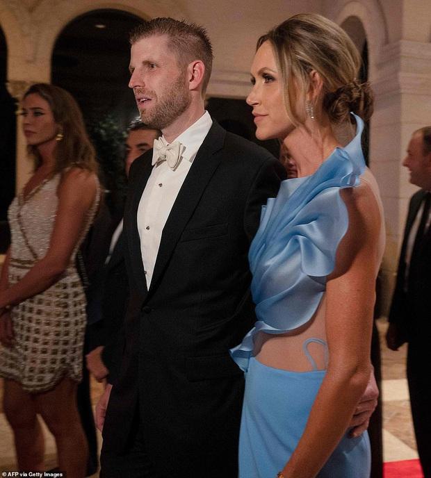 Gia đình Tổng thống Trump tề tựu trong tiệc năm mới: Ivanka xinh đẹp hút hồn nhưng Barron vẫn gây chú ý nhất với vẻ ngoài như nam thần - Ảnh 4.