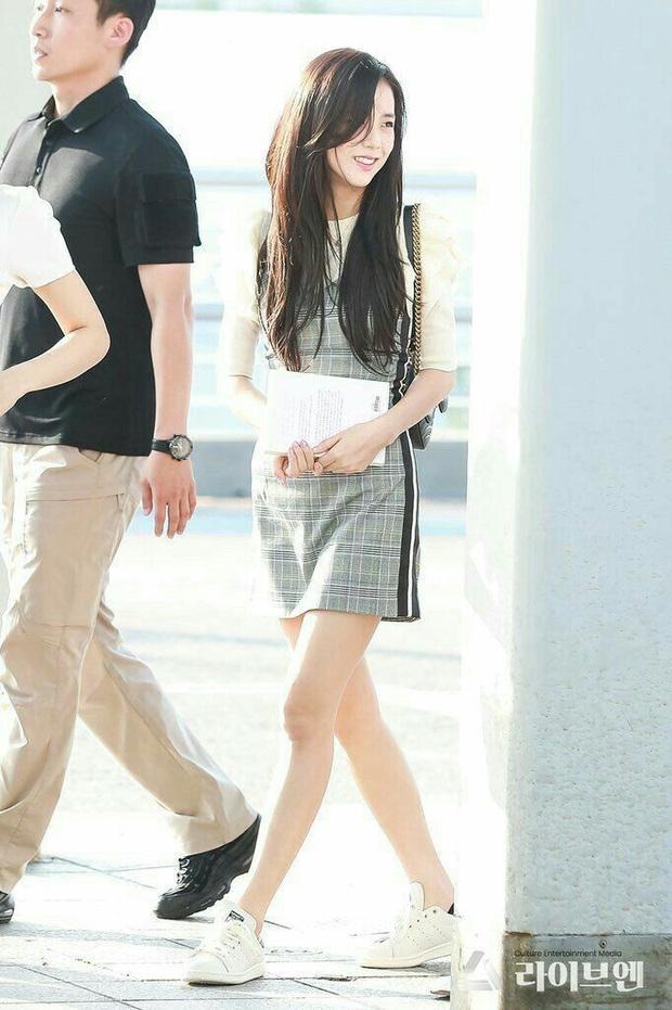 Khi diện váy, Jisoo (BLACKPINK) thường áp dụng 4 tips hack dáng nên dù không cao nhưng ai cũng phải ngước nhìn - Ảnh 4.
