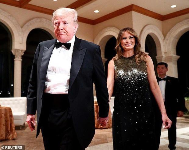 Gia đình Tổng thống Trump tề tựu trong tiệc năm mới: Ivanka xinh đẹp hút hồn nhưng Barron vẫn gây chú ý nhất với vẻ ngoài như nam thần - Ảnh 6.