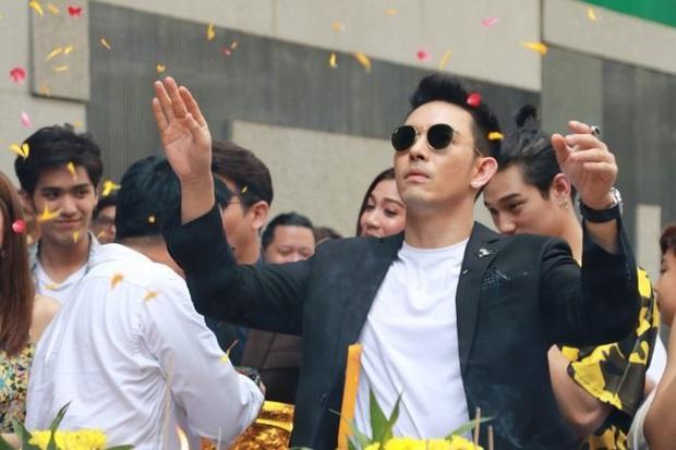 """Vừa bước sang tuổi tứ tuần, HLV The Face Thái gây sốt khi mặc đồng phục học sinh, """"cưa sừng làm nghé"""" trong phim mới - Ảnh 5."""