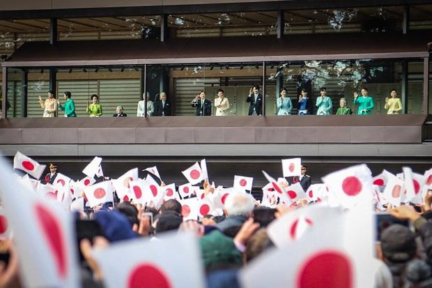 Gia đình Hoàng gia Nhật tổ chức tiệc mừng năm mới, xuất hiện ấn tượng trước dân chúng, đáng chú ý nhất là màn đọ sắc giữa các thành viên nữ - Ảnh 6.