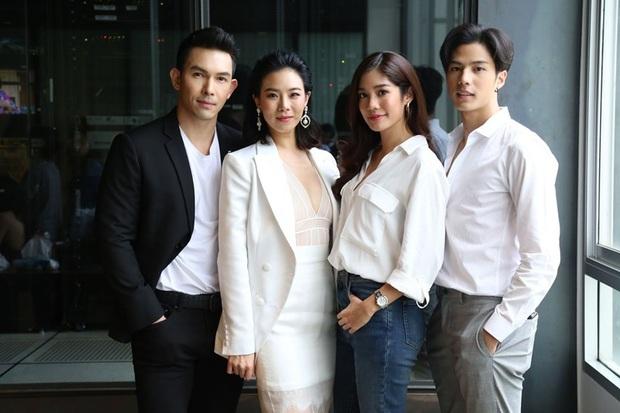 """Vừa bước sang tuổi tứ tuần, HLV The Face Thái gây sốt khi mặc đồng phục học sinh, """"cưa sừng làm nghé"""" trong phim mới - Ảnh 6."""